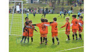 Los chicos de Naranjitos festejaron todos juntos su primer gol.Foto UNO/Juan Manuel Hernández
