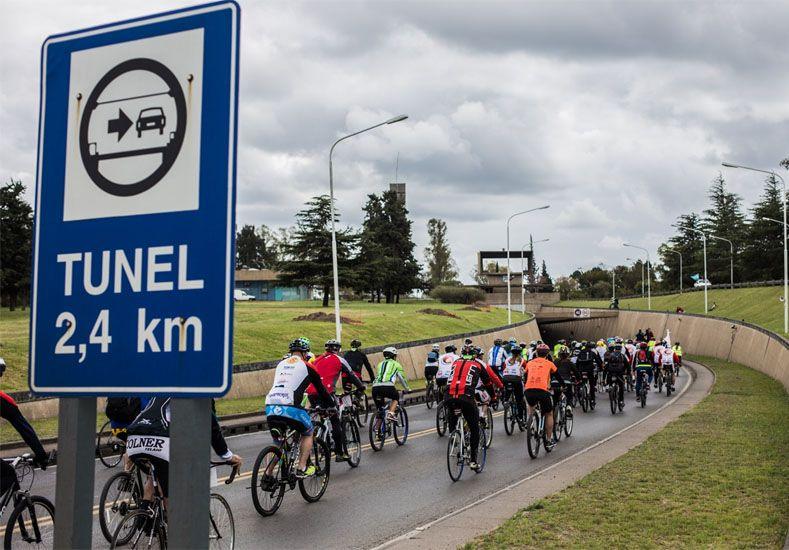 Oportunidad. Los ciclistas pasaron por el túnel subfluvial.