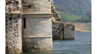 Un templo católico de 400 años afloró bajo el agua en México por la ausencia de lluvias