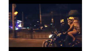 Video: una mujer viaja desnuda en moto