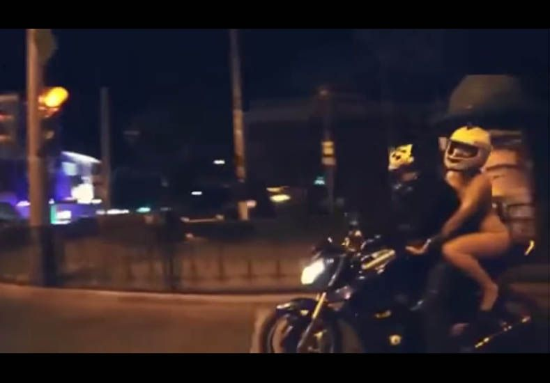 Video Una Mujer Viaja Desnuda En Moto