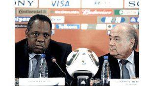 El camerunés Hayatou presidirá la FIFA en reemplazo de Blatter