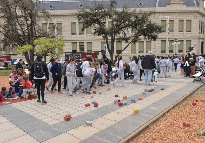 Comenzó la Feria del Libro y alumnos de distintas escuelas coparon la plaza 1° de Mayo
