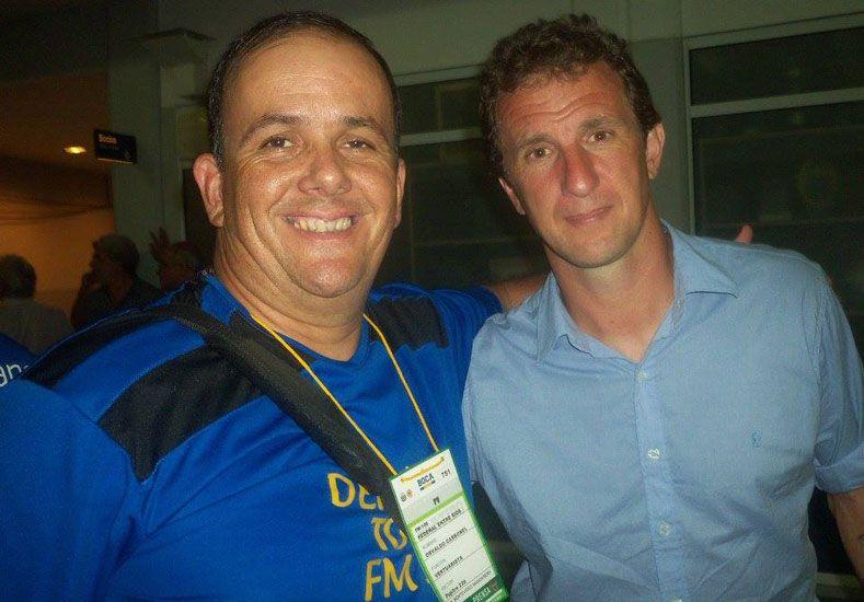 Con el Vasco. El relator Maximiliano Benítez junto al técnico de Boca