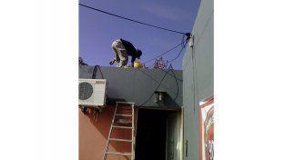 Estructura. Operarios desmantelaron la antena el lunes.  Foto Gentileza/Javier Gómez