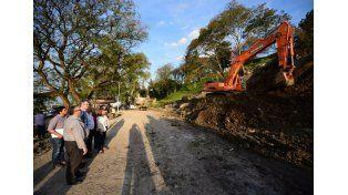 Osuna recorrió la obra de reconstrucción de una barranca del Parque Urquiza