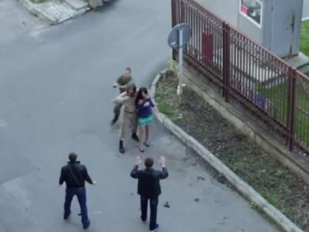 Estaban atacando a una mujer y corrió a su rescate pero ... ocurrió lo impensado