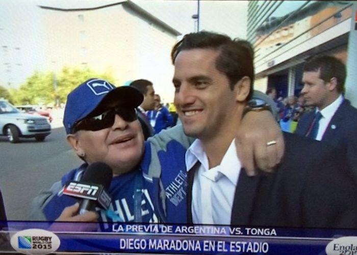 Maradona saludó a Agustín Pichot antes de entrar al estadio.
