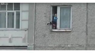 Filmaron a un bebé cuando jugaba en la cornisa de una ventana