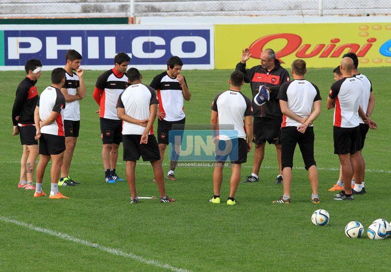 Iván Delfino reunió a los titulares antes del inicio del entrenamiento de ayer. (Foto UNO/Diego Arias)
