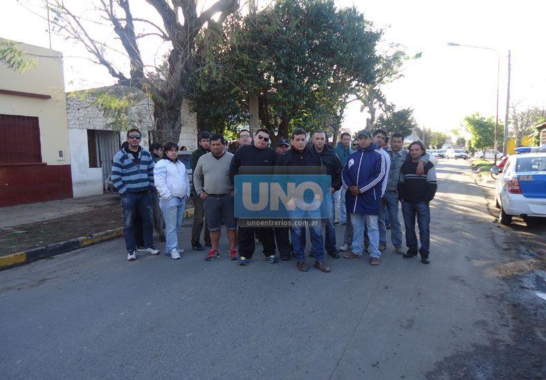 Movilizados. Varios remiseros de Paraná se manifestaron en Casa de Gobierno y la comisaría quinta.
