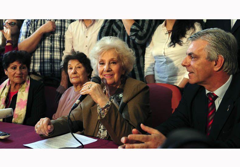 Estela de Carlotto junto a las abuelas y un tío de la nieta 117. Foto: Télam