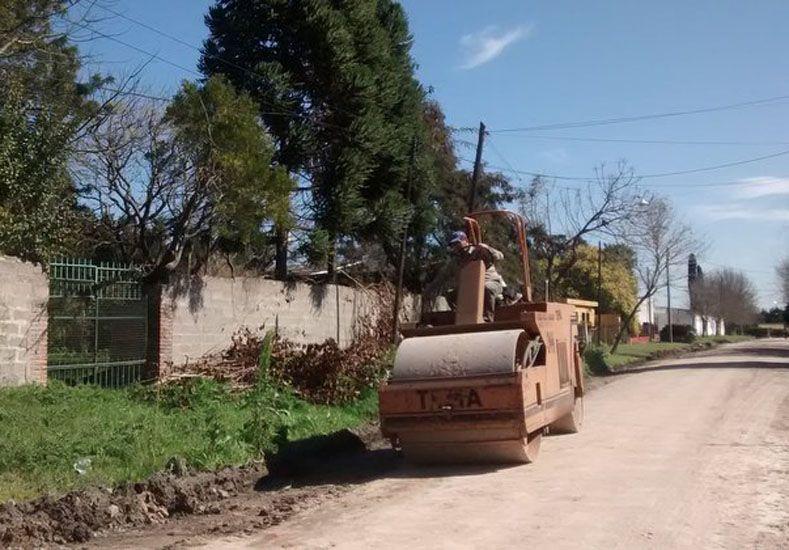 La Municipalidad asfalta calles de la vecinal Estación Parera