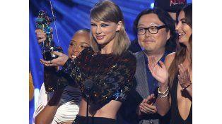 La cantante de 25 años consigue tres galardones