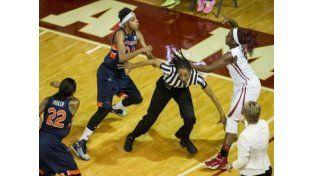 Terrible pelea entre dos jugadoras en el básquet estadounidense