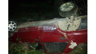 Una joven resultó herida tras volcar su auto