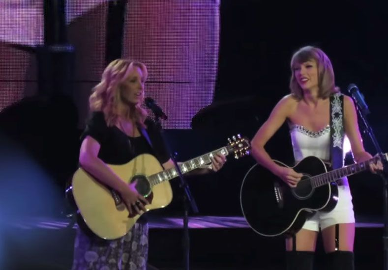 Lisa Kudrow cantó con Taylor Swift su clásico de Friends, Smelly Cat
