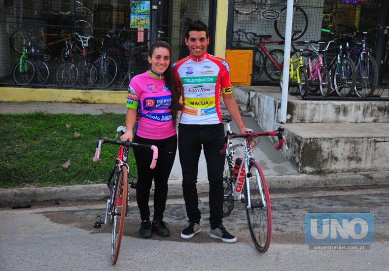 Los dos ciclistas junto a las bicicletas. Su gran amor.  Foto UNO/Juan Manuel Hernández