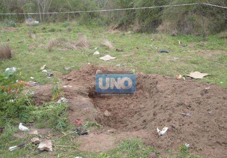 Fosa. Parte del cuerpo de la víctima había sido enterrado.  Foto UNO/José Luis Ballesteros