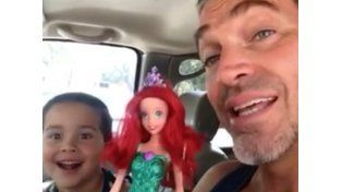 Viral: un niño compró una muñeca y así reaccionó su padre