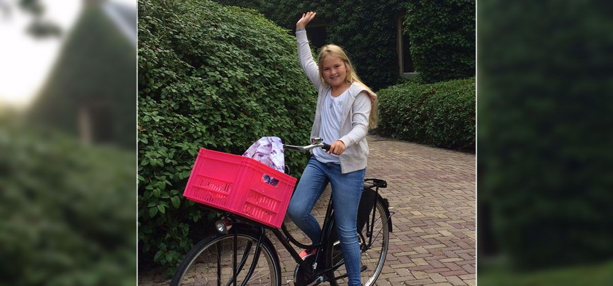 Amalia, la futura reina de Holanda, va en bicicleta al colegio