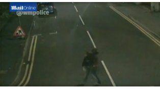 Escalofriante grabación de un presunto violador cargando a una mujer semi inconsciente