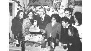 Justo Héctor Elizalde y esposa festejando sus 25 años de casados. Vivían con sus dos hijos en la escuela.