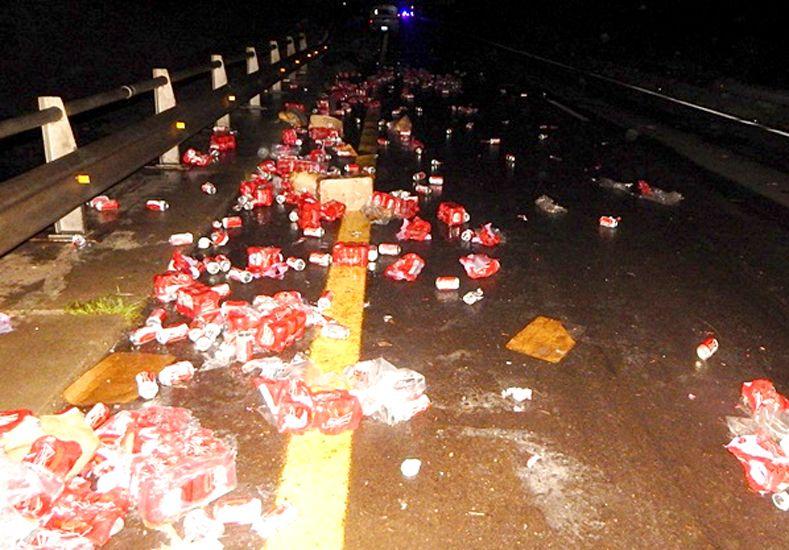 Un camión derramó su carga de latas de cerveza sobre la autovía 14