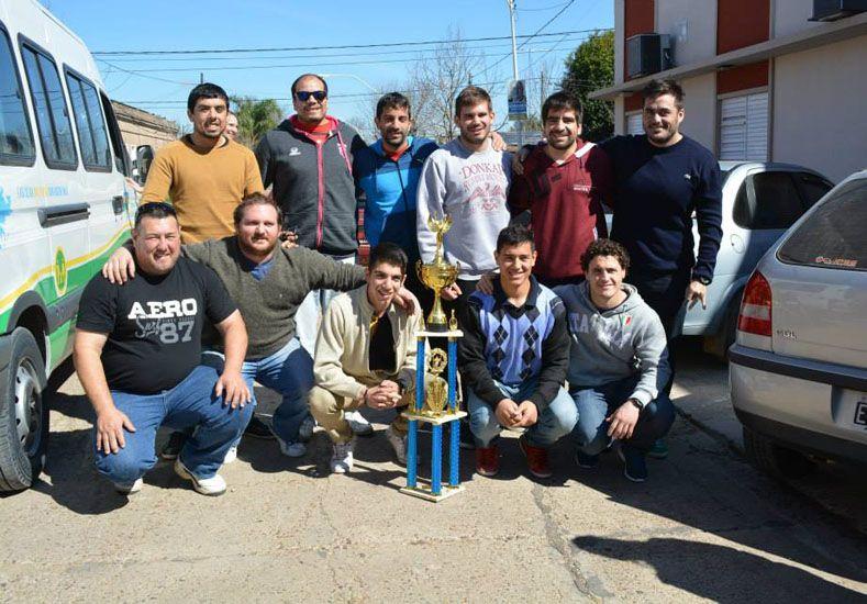 Los chicos de Camatí posando con la copa que lograron en el sur.   Foto Gentileza/Prensa Municipalidad de Viale