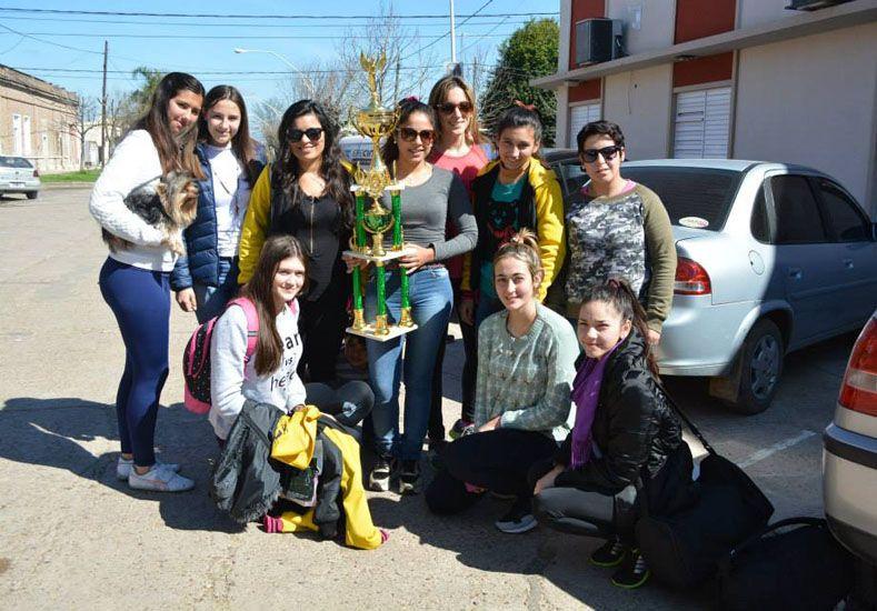 Las chicas de Las Avispas se mostraron conformes con el subcampeonato.  Foto Gentileza/Prensa Municipalidad de Viale