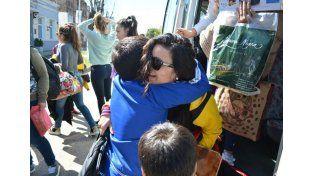 El recibimiento de los familiares fue otro premio para las chicas.  Foto Gentileza/Prensa Municipalidad de Viale