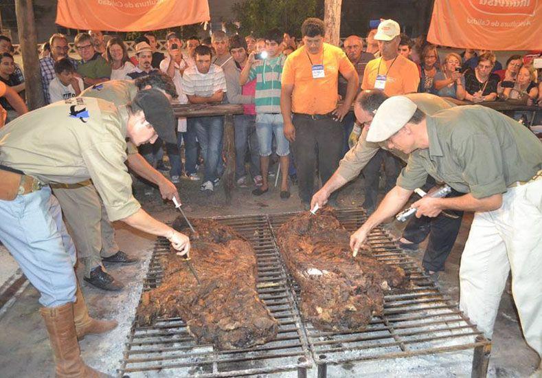Entrerrianos intentarán hacer el asado con cuero más grande del mundo