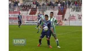 Alzugaray domina el balón ante la marca de un defensor puntano. El Licha redondeó una buena labor.    Foto UNO/Mateo Oviedo