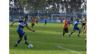Gonzalo Sosa fue la figura de la tarde. El punta anotó tres conquistas en la victoria del Lobo.