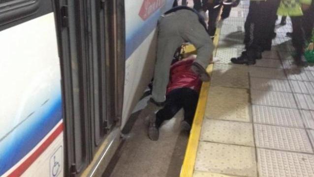 Deben amputarle un brazo a una mujer que cayó en el hueco del Metrobús