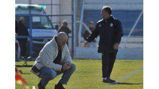 Duelo de conocidos. Ayer en los bancos de suplentes estuvieron Edgardo Cervilla por Atlético Paraná y Marcelo Fuentes por el lado de los del sur del país.