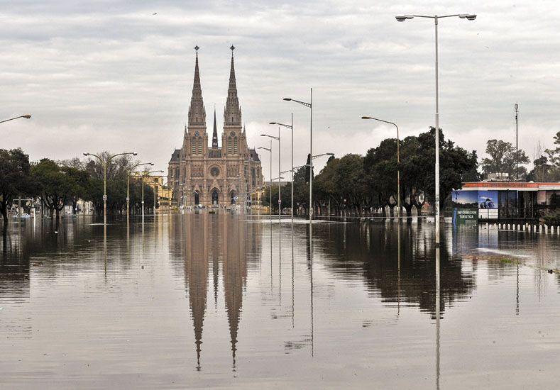 El agua en las puertas de la Basílica de Luján. (Fotos: Télam)I