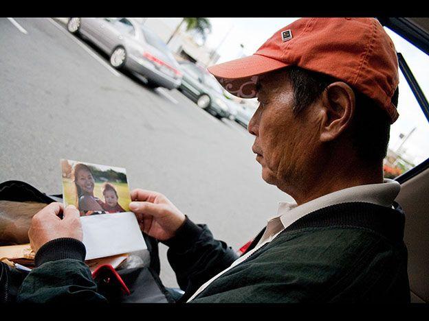 Pasó años fotografiando indigentes y encontró a su padre