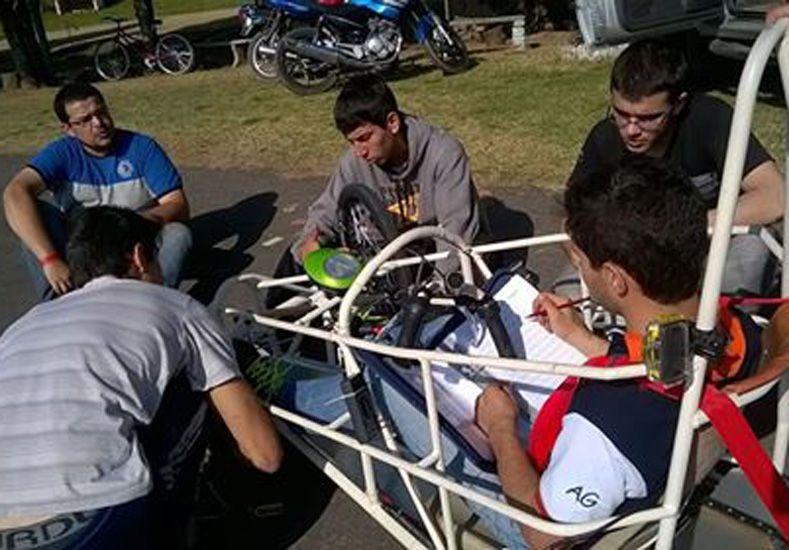 Ajustes. Esta semana los alumnos culminarán el carrozado.