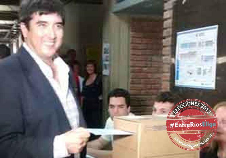 Sufragio. Fuertes votó en la escuela técnica de Villaguay.    Foto Gentileza/FM Latina