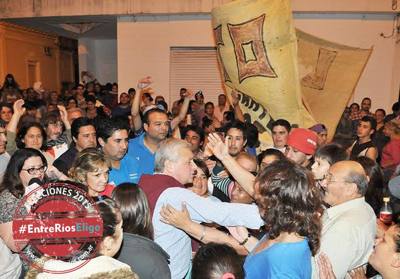 Festejos. Lauritto en su centro de operaciones rodeado por la gente recibe el afecto tras el triunfo.