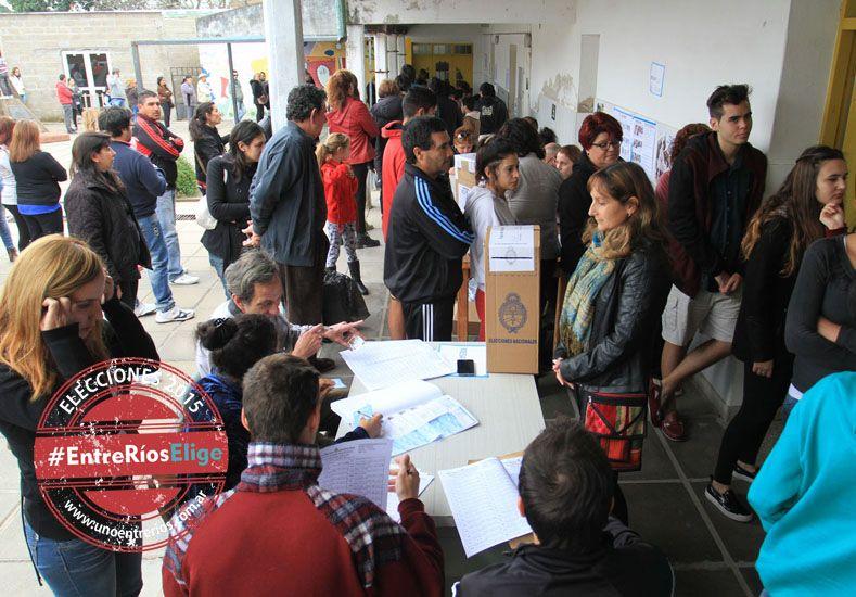 Atípico. La novedosa modalidad electoral deparó demoras y quejas en las ciudades más pobladas.  Foto UNO/Juan Ignacio Pereira