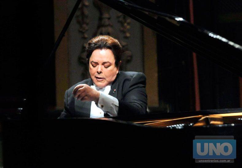 """Melómano. El maestro disfruta de escuchar jazz y folclore: """"Me  emocionan tanto como lo clásico"""" .  Foto UNO/Juan Ignacio Pereira"""