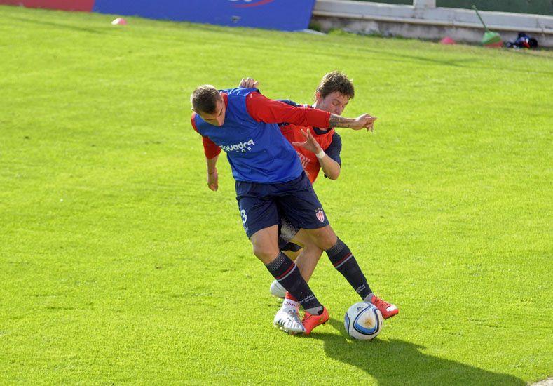 Stechina sale jugando desde el fondo a pesar de la presión de uno de los delantero de Unión. (Foto gentileza UNO/Santa Fe)