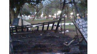 Empleado municipal de Santa Elena denunció que una patota le quemó la carpa