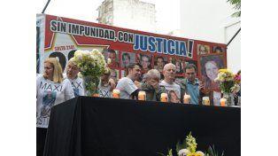 A las 9.38 sonó la sirena en recuerdo de las víctimas de Salta 2141. (Foto: Silvina Salinas)
