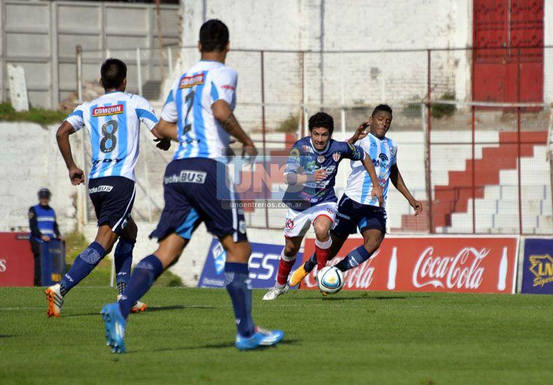 Alexis Ekkert lastimó a la defensa jujeña con su capacidad de desequilibrio.  (Foto UNO/Mateo Oviedo)