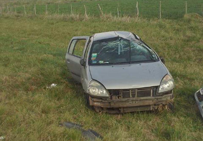 Dos heridos al volcar un auto en la autovía 14
