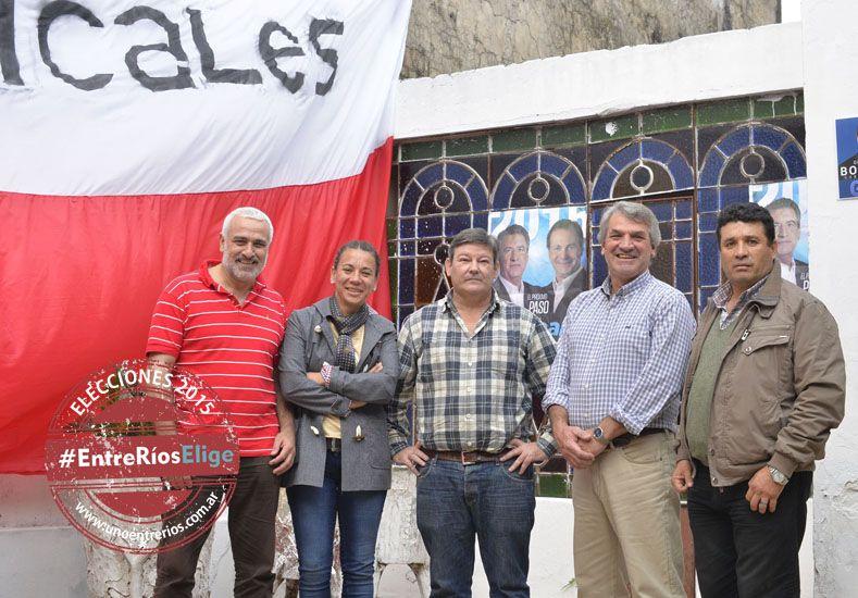 La casa radical. Los carteles de Scioli y Bordet se mezclan con la bandera roja y blanca.  Foto UNO/Mateo Oviedo