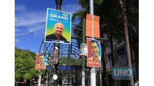 Enersa pidió quitar urgente los carteles colocados en postes de electricidad
